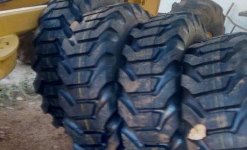 Secretaria de transportes da Prefeitura Municipal de Brejo dos Santos-PB realiza mudança colocando pneus novos em tratores e máquinas