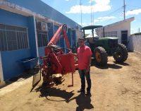 Prefeitura providencia o transporte da roçadeira para melhoria das estradas vicinais do nosso município