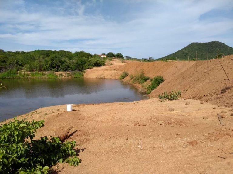 A Prefeitura Municipal de Brejo dos Santos-PB vem realizando os serviços de recuperação e construção de pequenos açudes
