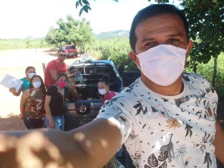 Entrega e doação de inhames e batatas doce a algumas famílias carentes em bairros da cidade como Babilônia e Novo Horizonte.